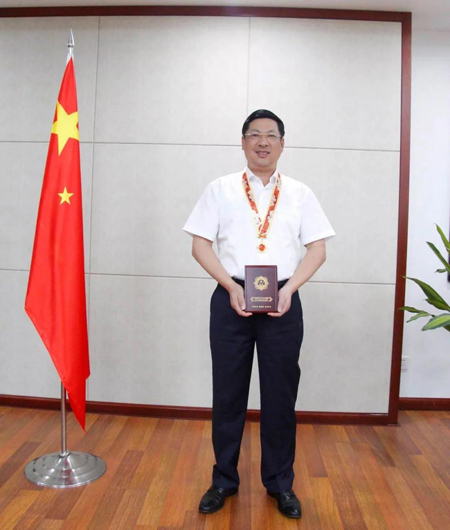 """华丽董事长范天铭先生荣获""""庆祝中华人民共和国成立70周年""""纪念章"""